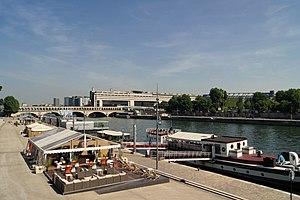 Quai de Seine vu depuis la passerelle Simone de Beauvoir.jpg