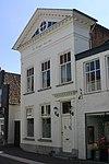 foto van Huis met witgepleisterde klassicistische gevel, bekroond door een fronton met parellijsten en klossen