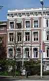foto van Gepleisterd herenhuis, met souterrain, bel-etage en twee verdiepingen, getoogde vensters en rijke behandeling met ornamenten van stucwerk. Vormt een geheel met buurnummer 1