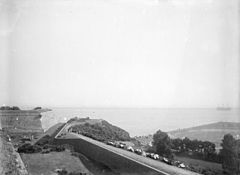 Route de corniche, bateau sur la mer (photo de Gustave William Lemaire).jpg