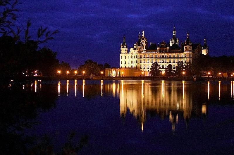 File:Schweriner Schloss Burgsee.jpg