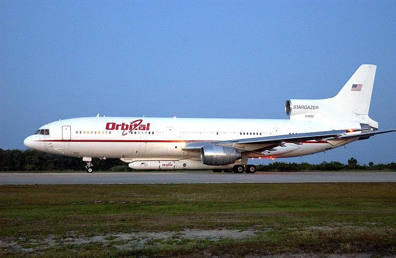 File:Side view of L-1011 carrying Pegasus XL rocket..jpg