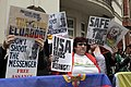 Simpatizantes de Julian Assange se reúnen en los exteriores de la embajada ecuatoriana en Londres. (9059009098).jpg