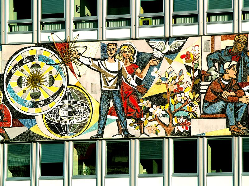 Fresque communiste sur un batiment à proximité de l'Alexanderplatz à Berlin - Photo de Jolove55