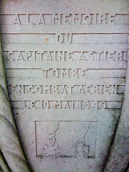 Détail de l'inscription sur la stèle du capitaine Astier, dans les bois environnant Jaulny