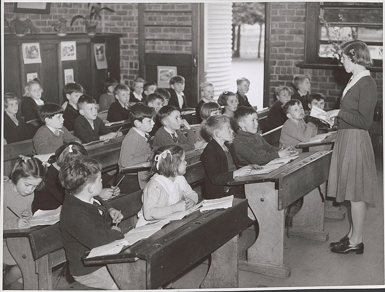 File:Teacher, Lorraine Lapthorne conducts her class in the Grade Two room at the Drouin State School, Drouin, Victoria (6173548853).jpg