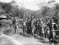 Tobakoe-män på väg till Koelawi. Central-Celebes. Koelawi, Central-Celebes - SMVK - 000271.tif