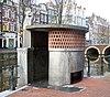 foto van Toilet, onderdeel van een gamma straatmeubilair geïnspireerd op de Amsterdamse School