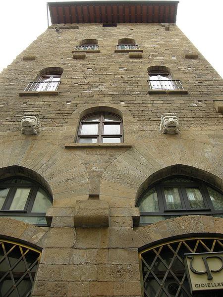 http://upload.wikimedia.org/wikipedia/commons/thumb/1/11/Torre_degli_amidei_03.JPG/450px-Torre_degli_amidei_03.JPG