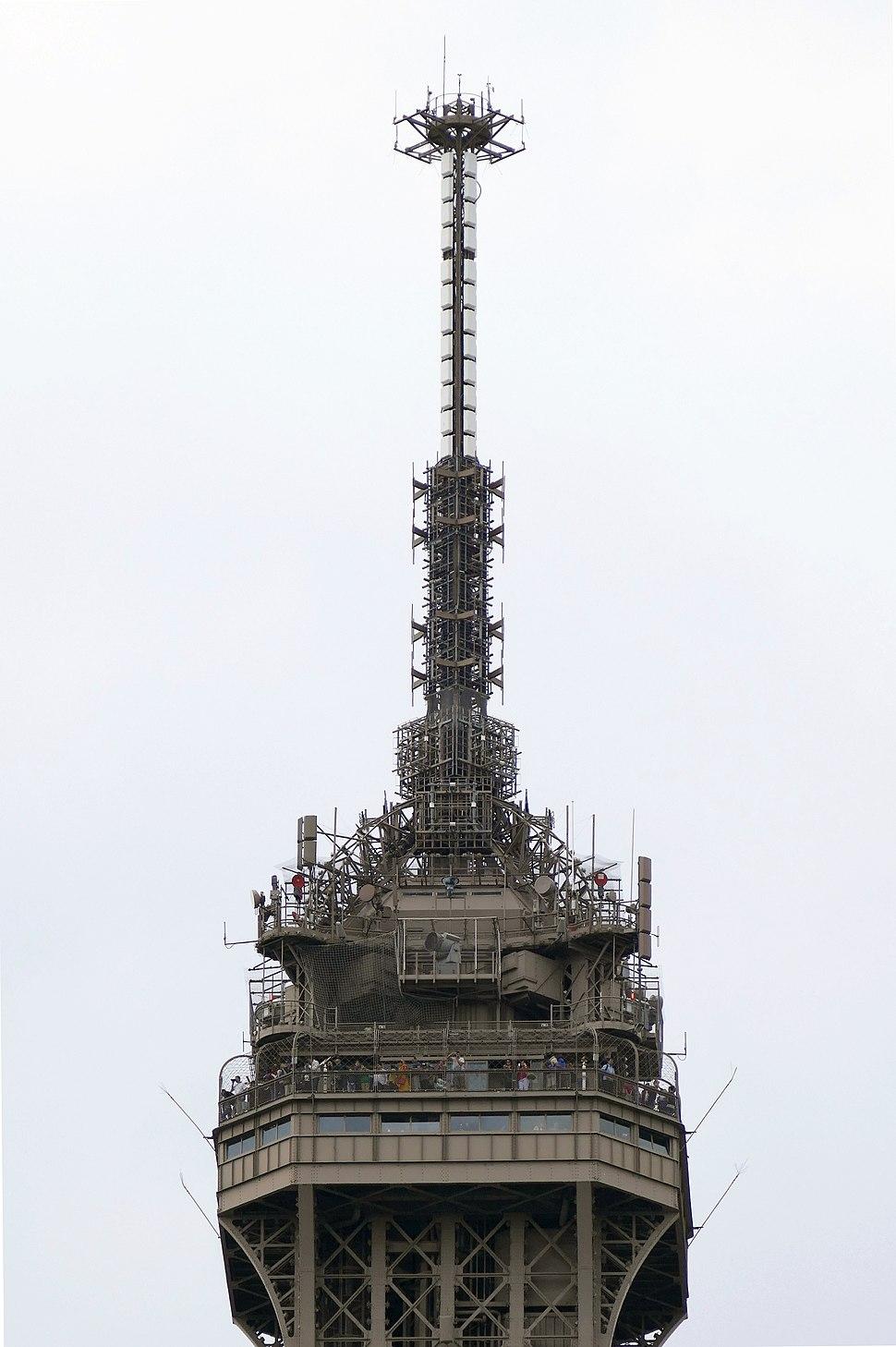 Tour Eiffel le sommet 08-2015 (cropped)