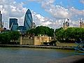 Tower of London with Swiss re Tower in background. - panoramio.jpg