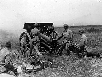 Type 91 10 cm howitzer - Cadets of the Imperial Japanese Army during shooting training with Type 91 10-cm-howitzer (with wooden spoked wheels) at Fuji training ground. ca. 1935