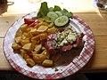 Vepřový steak, plísňový sýr, salám, příloha, obloha.jpg