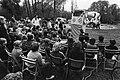 Viering Bevrijdingsdag op en rond het Leidseplein te Amsterdam, kinderen kijken poppenkast, Bestanddeelnr 931-4693.jpg
