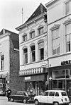 foto van Hoekpand met gepleisterde lijstgevel en Art Deco-winkelpui