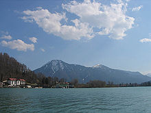 Photographie en couleurs du lac Tegern, qui borde Bad Wiessee