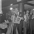 Willeke Alberti kreeg eerste gouden plaat uit handen van Phonogram directeur Jac, Bestanddeelnr 916-1248.jpg