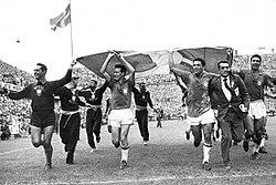 8efff5cd45 Jogadores da Seleção Brasileira comemoram o primeiro título mundial na  Suécia