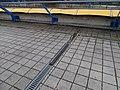 Černý Most, chodník na estakádě metra, kanálky (03).jpg