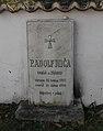 Žďárec - pomník faráře Mičy u kostela.jpg
