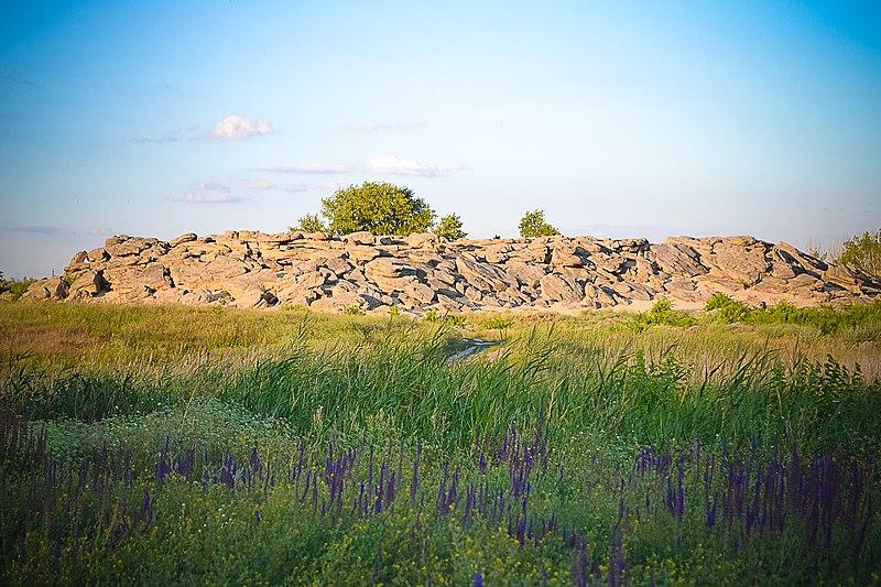 Культовий комплекс «Кам'яна Могила», на схід від смт Мирне. Автор фото — Приведенюк Мария (ліцензія CC-BY-SA-4.0)