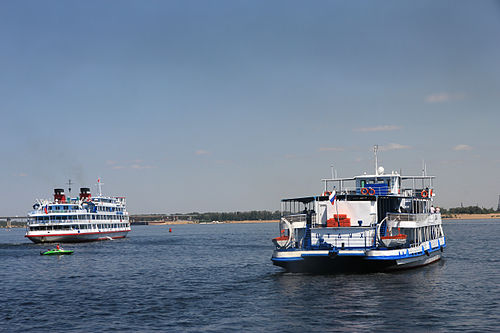 Cruise ships on the Volga. Kruiznye korabli na Volge.jpg