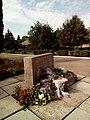 Пам'ятний знак на честь вчителів і випускників школи, які загинули на фронтах Великої Вітчизняної війни 1941-1945р 02.jpg