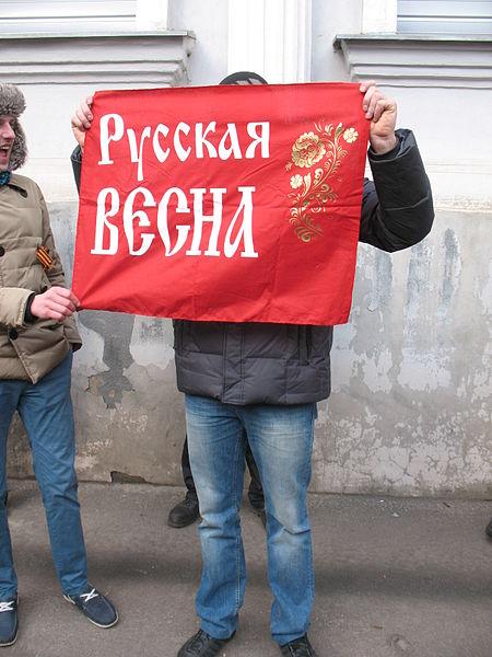 Парень держит плакат - b8b40