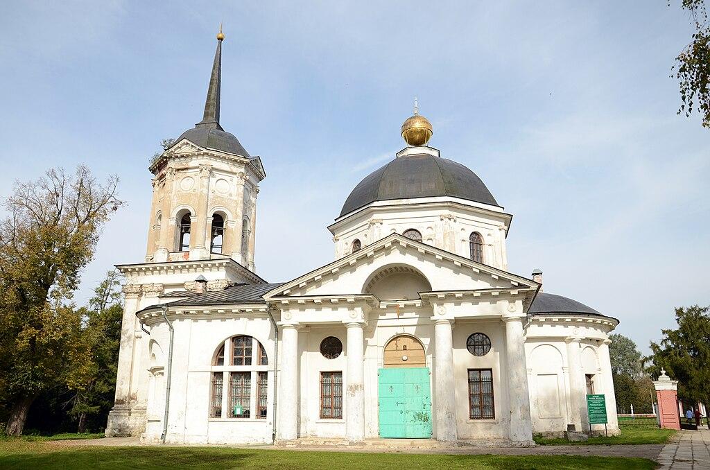 Небольшая церковь близ