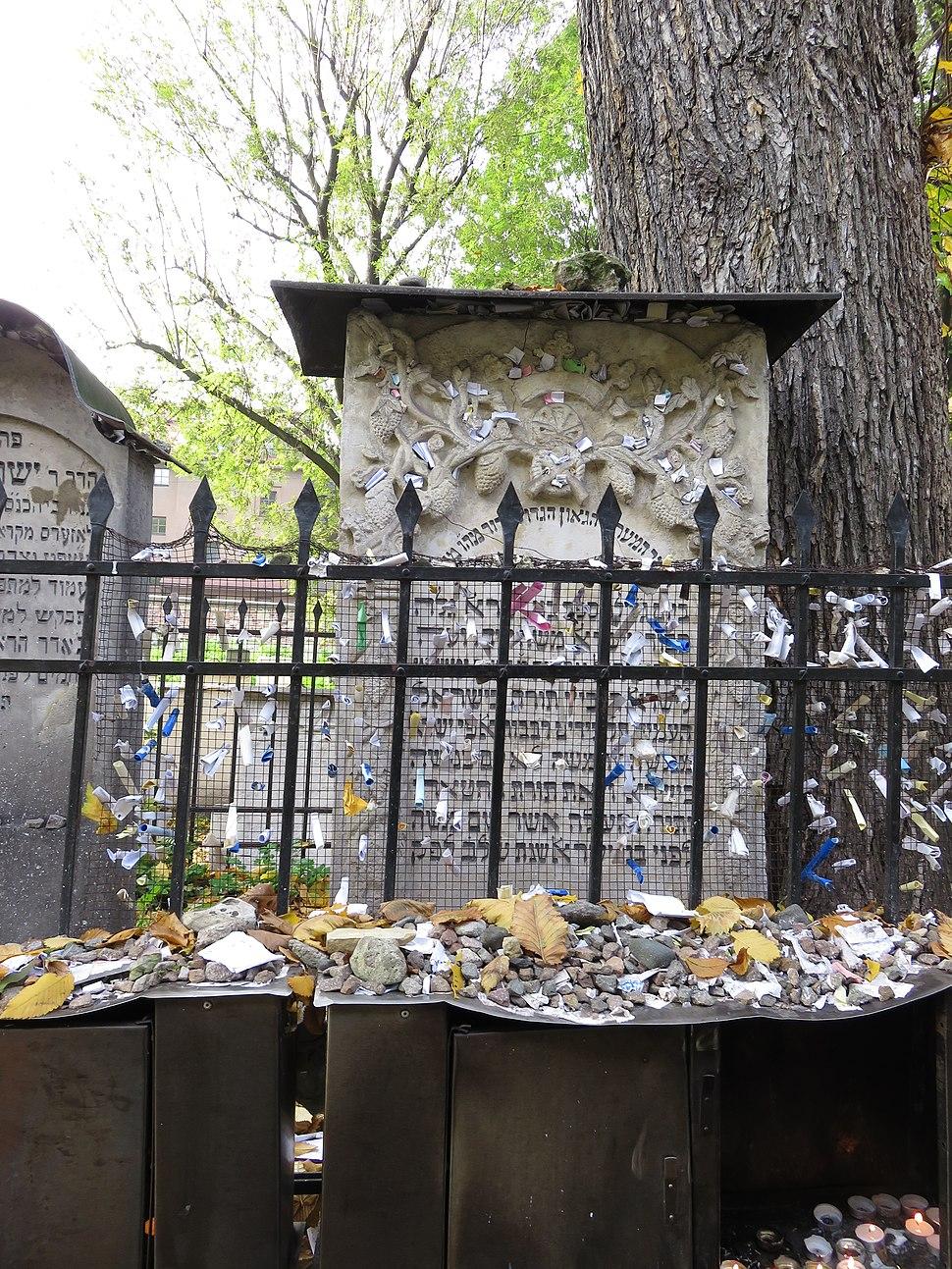 """מצבת הרמ""""א. בית הקברות היהודי העתיק בקרקוב (4)"""