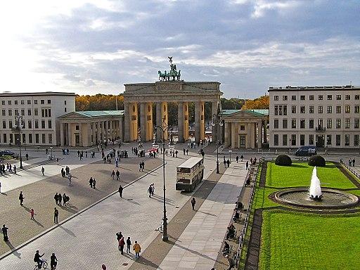 Blick auf Pariser Platz und Brandenburger Tor (Unter den Linden als ehemaliger Kandidat für das UNESCO-Welterbe in Berlin)