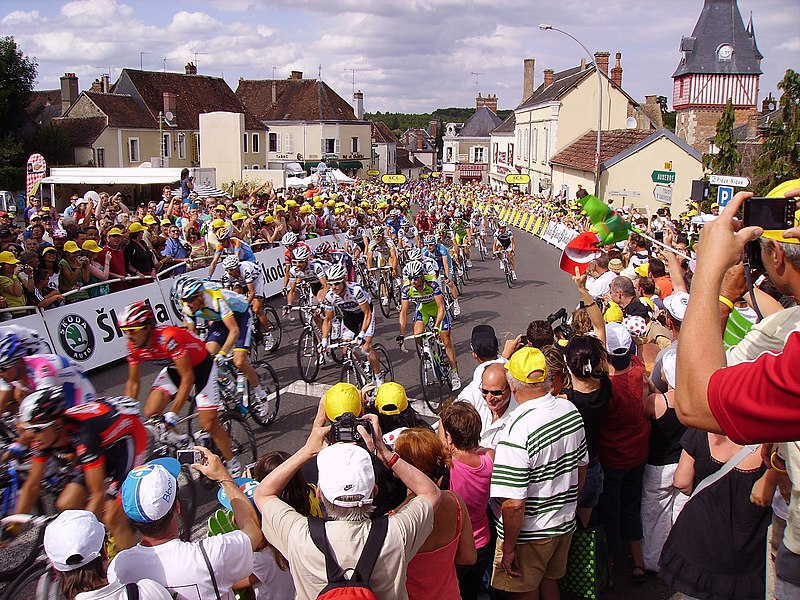 2009 Tour de France. Riders begin the ascent of a hill and are 400 meters from the finish (as indicated on signs) in Saint-Fargeau.