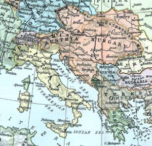 Цветная карта, показывающая Адриатическое море и части Средиземного моря голубым цветом.  Италия показана желтым цветом, Австро-Венгрия - оранжевым, Германия - синим, а Османская империя - коричневым.  Другие небольшие страны, представленные на карте, - это Сербия, Румыния, Греция, Черногория, Болгария, Бельгия и Швейцария.  Также показаны части Франции, России и Северной Африки.