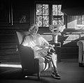 Ainolan emäntä on istahtanut lepäämään aurinkoon, 1940-1945, (d2005 167 6 92) Suomen valokuvataiteen museo.jpg