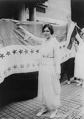Alice Paul staras antaŭ la ratifikstandardo de la Woman Suffrage Amendment.