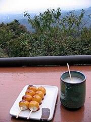 Sake servito con il Dango, un dolce giapponese