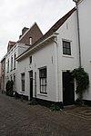foto van Laag eenvoudig gepleisterd huis, uitspringend naast nr 35b