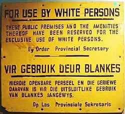 Panneau affichant que seuls les Blancs peuvent utiliser un lieu public.