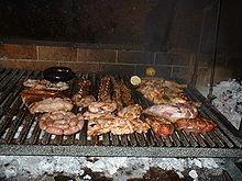 Стол с нарезкой аргентинской говядины, вином, соусами и специями