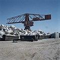 Ashdod Havenbouw hijskraan met containers met grote rotsblokken op een terrein, Bestanddeelnr 255-9297.jpg