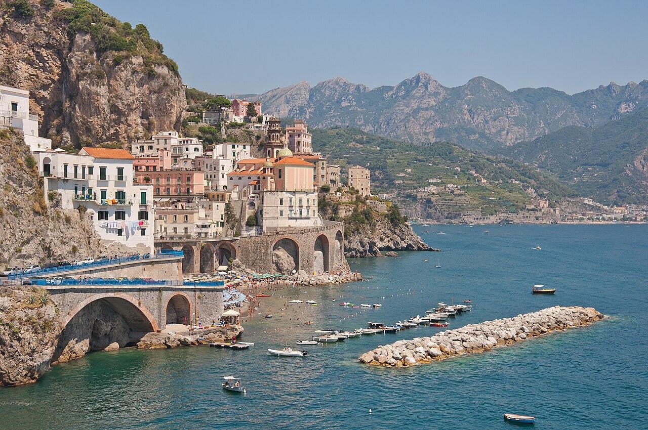 Amalfi, dans le golfe de Salerne, en Campanie. La côte amalfitaine est inscrite au patrimoine mondial de l'humanité.  (définition réelle 4200×2790)
