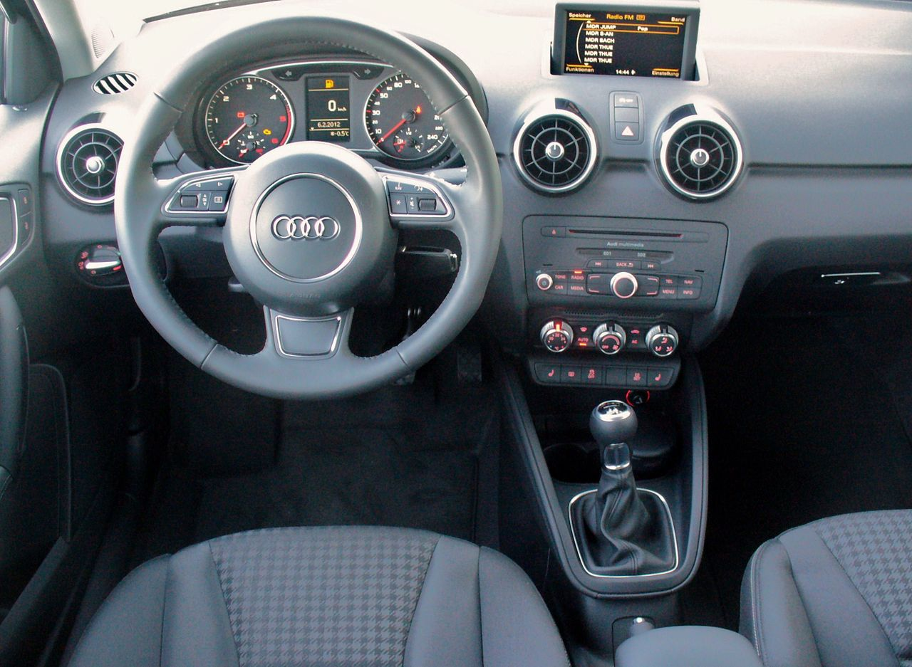 file audi a1 sportback ambition 1 6 tdi scubablau interieur jpg wikimedia commons. Black Bedroom Furniture Sets. Home Design Ideas