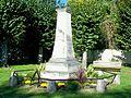 Aumont-en-Halatte (60), monument aux morts, devant l'église.jpg