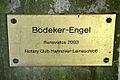 Bödeker-Engel auf dem Engesohder Friedhof in Hannover, Messingschild am Steinsockel Renovatus 2003 Rotary Club Hannover-Leineschloss.jpg