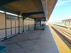 Beach 105th Street (IND Rockaway Line) - Broad Channel bound platform