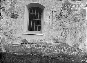 Bjälbo Runestones - A 1907 photograph showing Ög 64 in the church wall.