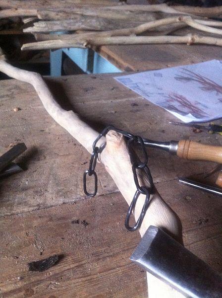 Préparation du bois flotté en vue de la réalisation de Luminaires Design par Claudio DUCALE