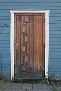 Braune Tür im weißen Rahmen.jpg