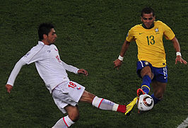 Gonzalo Jara (links) in duel met Daniel Alves