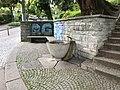 Brunnen Ecke Wiedingstrasse und Schlossgasse 03.jpg
